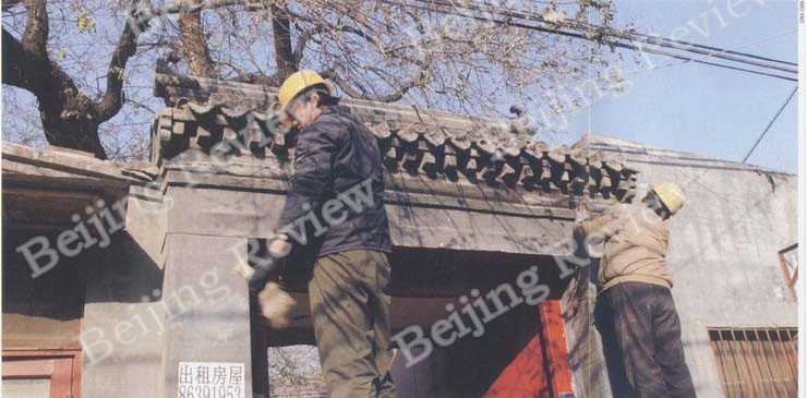 GOOD AS OLD: Workers reconstruct the door of a quadrangle in Xinghua Hutong, Xicheng District