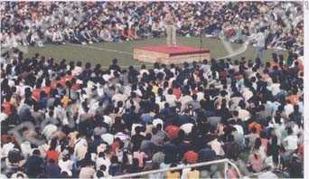 STRONG APPEAL: New Oriental's President Yu Minhong gives a lecture on an university playground packed with students